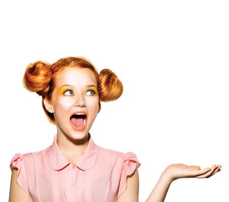 surprised: Sorprendido chica adolescente con pecas, peinado rojo, maquillaje de color amarillo