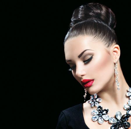 aretes: Mujer de belleza con maquillaje perfecto y los accesorios de lujo