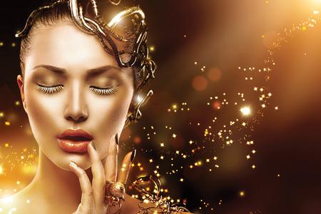 Model vrouw gezicht met gouden huid, nagels, make-up en accessoires Stockfoto - 31013031