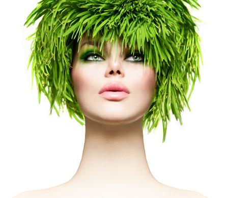 moda: Piękna kobieta z świeżego zielona trawa włosy. Dziewczyna model natura