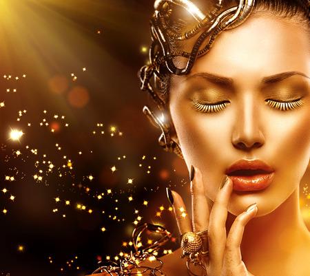 Model vrouw gezicht met gouden huid, nagels, make-up en accessoires