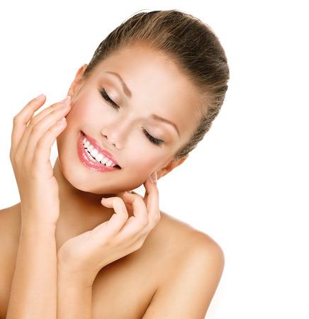 perfeito: Skincare. Mulher que sorri com os olhos fechados. Retrato do close up