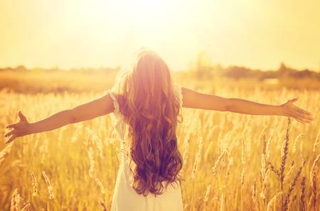 sogno: Bella ragazza modello adolescente in abito bianco godersi la natura