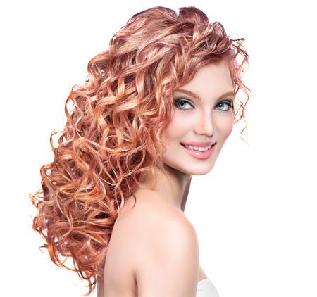 cabello largo y hermoso: Joven y bella mujer sonriente con el pelo rizado de color rojo Foto de archivo