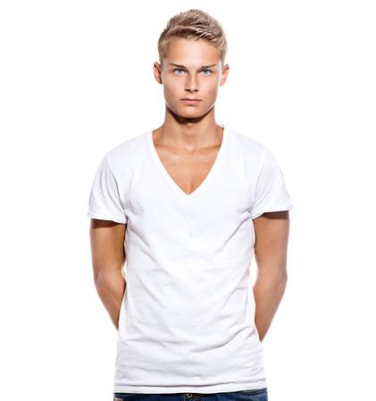 blonde yeux bleus: Beau mec de l'adolescence en t-shirt blanc isolé sur blanc
