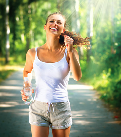 Running vrouw buiten in een park Stockfoto