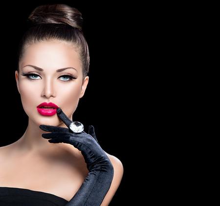 moda: Portret piękno mody glamour girl w kolorze czarnym