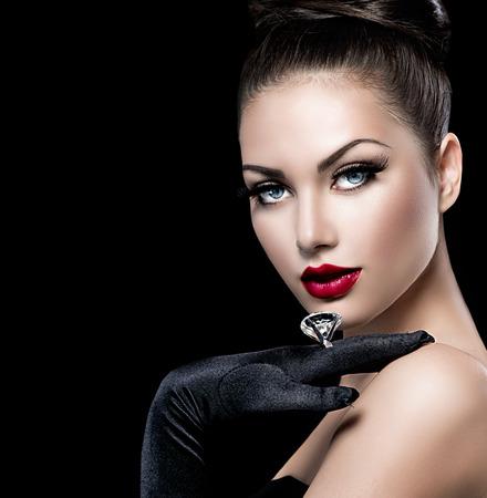 aretes: Retrato de la belleza de la moda ni�a glamour sobre negro