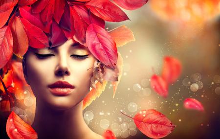 Autumn: Mujer del otoño. Fall. Chica con hojas de otoño coloridas peinado