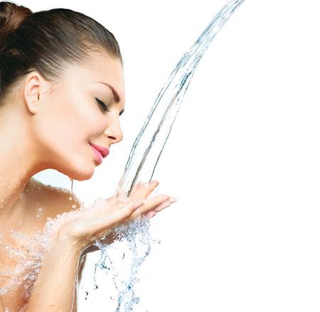 水: 漂亮的模特女孩水在她的手中飛濺