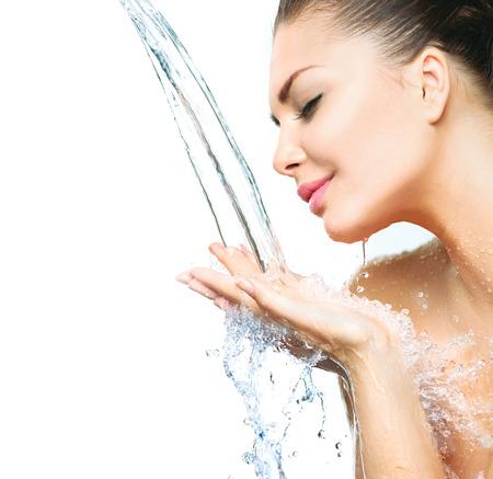 limpieza de cutis: Chica modelo hermosa con las salpicaduras de agua en sus manos