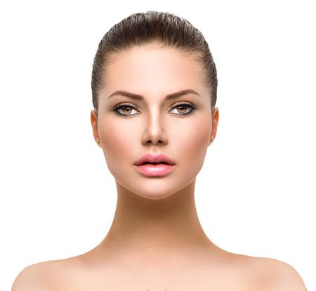modelo hermosa: Cara hermosa de la mujer joven con la piel limpia fresca