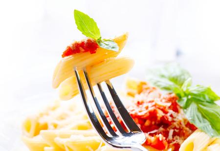 Penne à la sauce bolognaise, parmesan et basilic