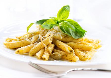 Pasta. Penne Pasta met pesto saus. Italiaanse keuken Stockfoto