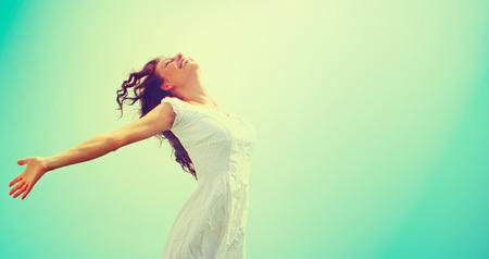 Szczęśliwa kobieta korzystających darmo Natura. Piękna dziewczyna na zewnątrz