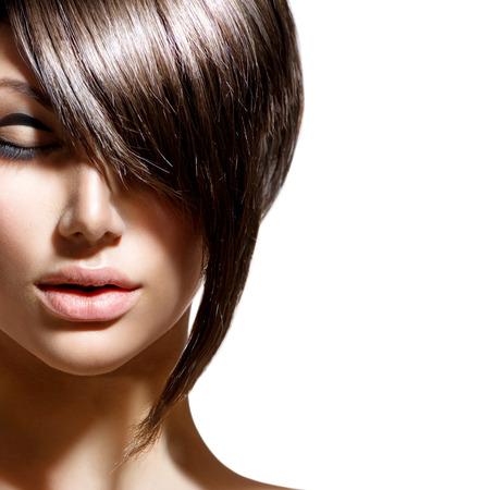 černé vlasy: Krása žena portrét s módní trendy účes