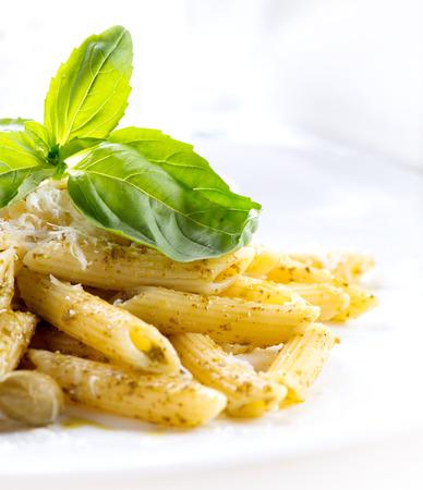 comida italiana: Pasta penne con salsa de pesto. Cocina italiana Foto de archivo