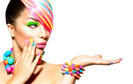 regenbogen: Portret schoonheid vrouw met kleurrijke make-up, haar en accessoires