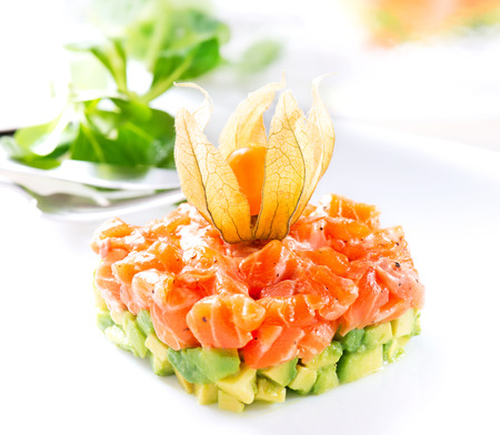 comida gourmet: Salmon tartar sobre fondo blanco. Comida gourmet Foto de archivo