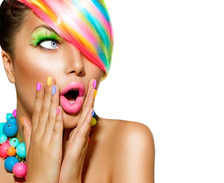 barvy: Překvapený žena s barevnými make-up, vlasy a lak na nehty