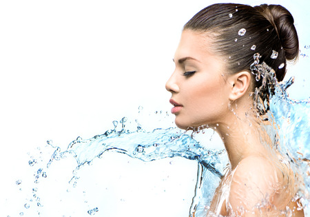 Mujer modelo hermosa con salpicaduras de agua en sus manos Foto de archivo - 32267222
