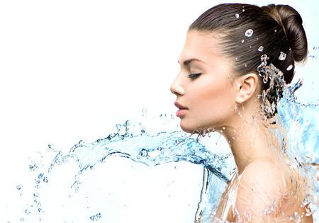 Sch�nes Modell Frau mit Wasserspritzern in ihren H�nden