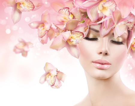 nudo integrale: Moda Bellezza Modello Ragazza con i fiori di orchidea capelli