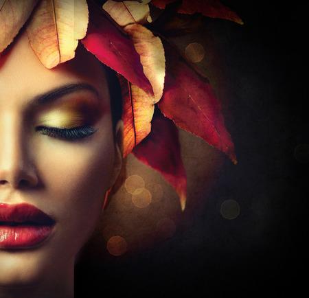 maquillaje de ojos: Mujer de la fantas�a del oto�o con coloridas hojas de oto�o Peinado
