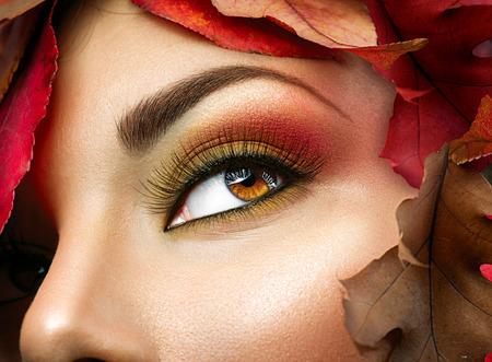 makeup model: Autunno trucco per gli occhi marroni. Primo piano di trucco di moda