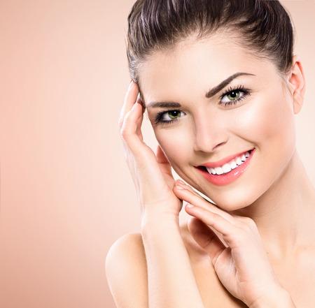 belle brunette: Beauty Portrait. Beautiful Girl Spa toucher son visage Banque d'images