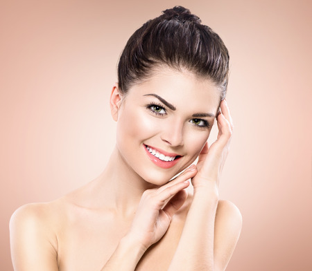 piel humana: Retrato de la belleza. Hermosa Spa Girl tocar su cara