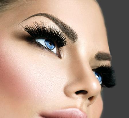 mujer maquillandose: Maquillaje de la cara de la belleza. Pesta�as extensiones Foto de archivo