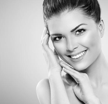 건강: 아름 다운 스파 소녀는 그녀의 얼굴을 만지고. 완벽한 신선한 피부 스톡 콘텐츠