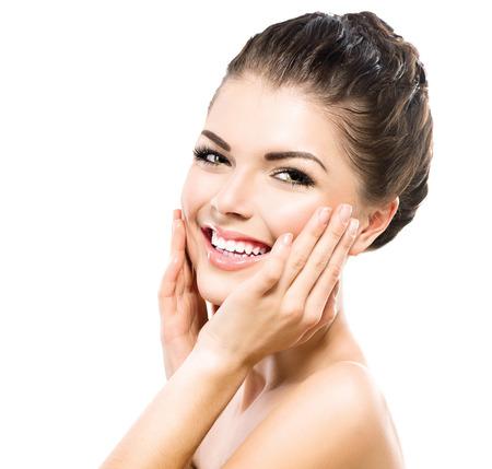 tratamientos faciales: Hermosa Spa Girl tocar su cara. Piel fresca perfecta