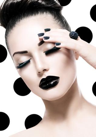 時尚: 時尚風格的女孩模型。時尚的黑色魚子醬美甲 版權商用圖片