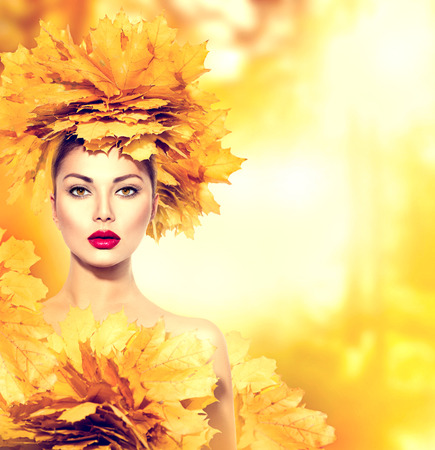 moda: Mulher do outono com folhas amarelas penteado. Outono. Composição creativa