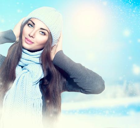 ropa de invierno: Muchacha de la belleza del invierno que lleva el sombrero y la bufanda Foto de archivo
