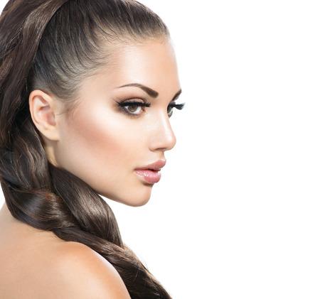 modelo hermosa: Trenza de pelo. Mujer hermosa con el pelo largo sano