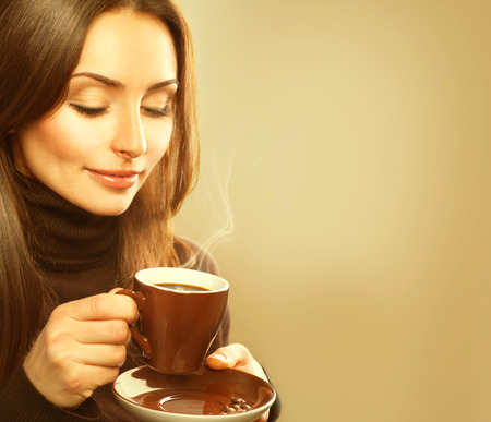 filizanka kawy: Kawa. Piękna kobieta modelu z kubkiem gorącego napoju