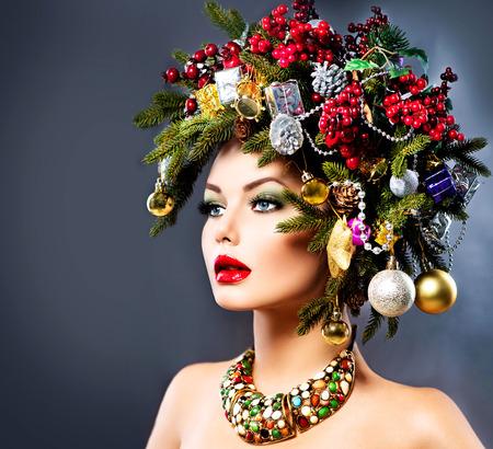 navidad: Mujer del invierno de Navidad. Hermoso Peinado de vacaciones de Navidad Foto de archivo