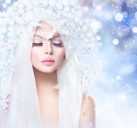 Winter Beauty. Fashion Model Girl with Snow účes a make-up