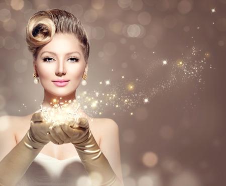 moda: Holiday mujer retro con estrellas mágicas en sus manos