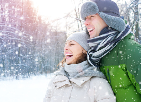 femme qui rit: Vacances d'hiver. Couple heureux amuser � l'ext�rieur