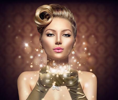 彼女の手で魔法の星とホリデイ ・ レトロな女性 写真素材