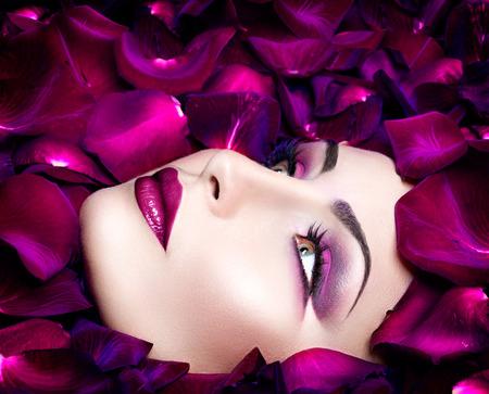 ファッション: バラの花びらとファッション性の高い流行スタイル モデル ポートレート