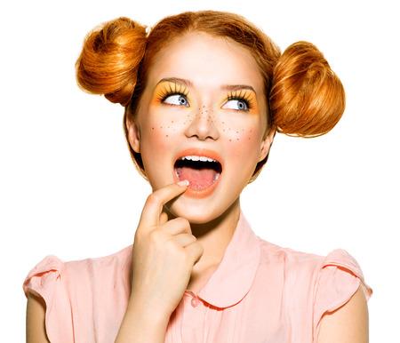 caras graciosas: Belleza modelo adolescente retrato de la muchacha. Las emociones humanas