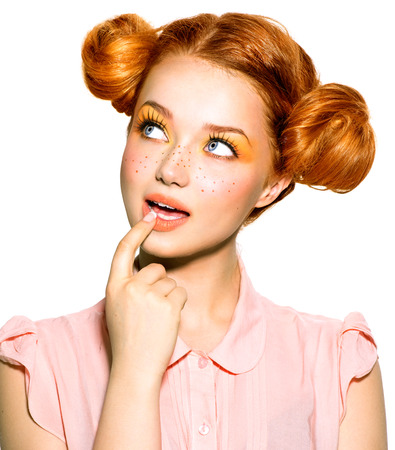 Funny girl teen con lentiggini pensare o scegliere