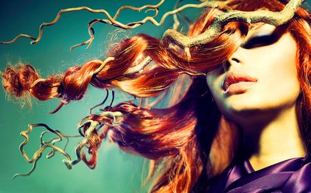 stílus: Fashion Model nő portré, hosszú göndör haj vörös
