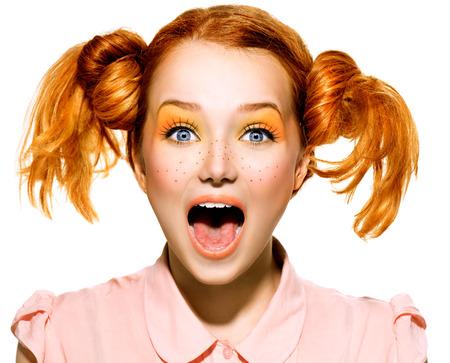 vibrant colors fun: Bellezza divertente ragazza adolescente con la bocca aperta guardando a porte chiuse