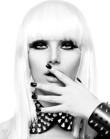 패션 뷰티 소녀. 펑크 스타일 여자는 흰색에 고립